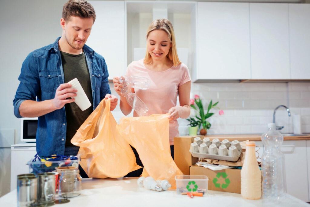 Jeune couple entrain de trier ses déchets